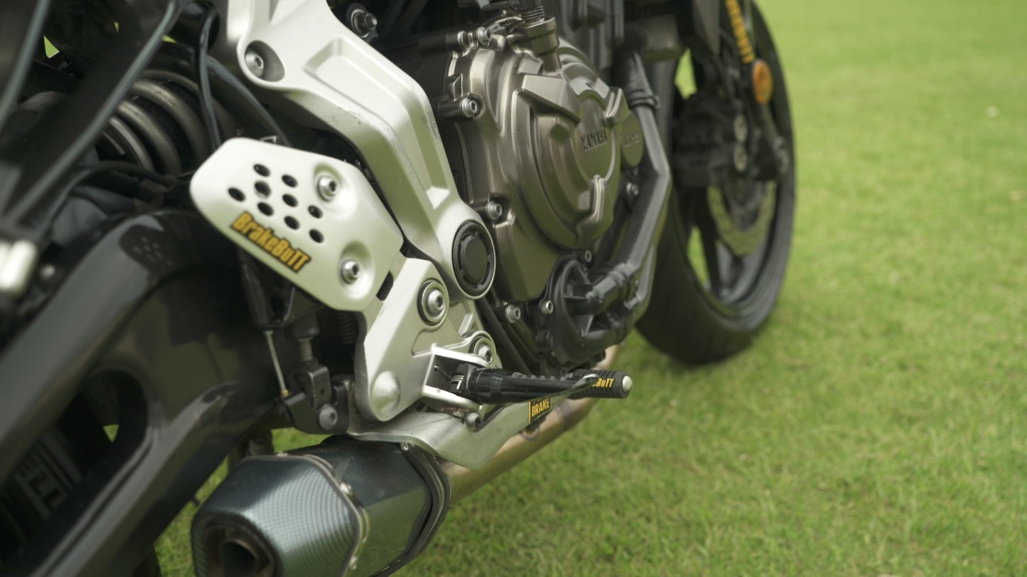 The actuator is hiding behind the heel guard there, with a cable down to the brake lever pivot
