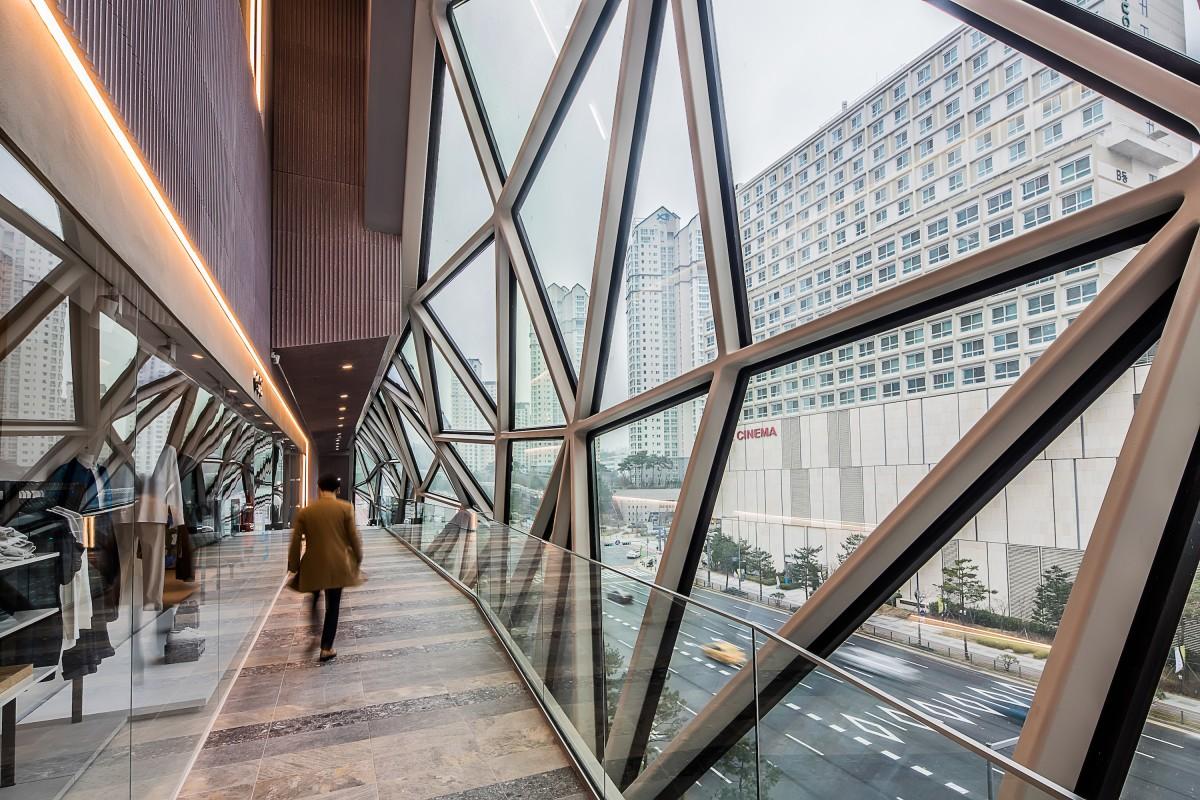 Galleria in Gwanggyo's interior walkways provide access to its rooftop garden