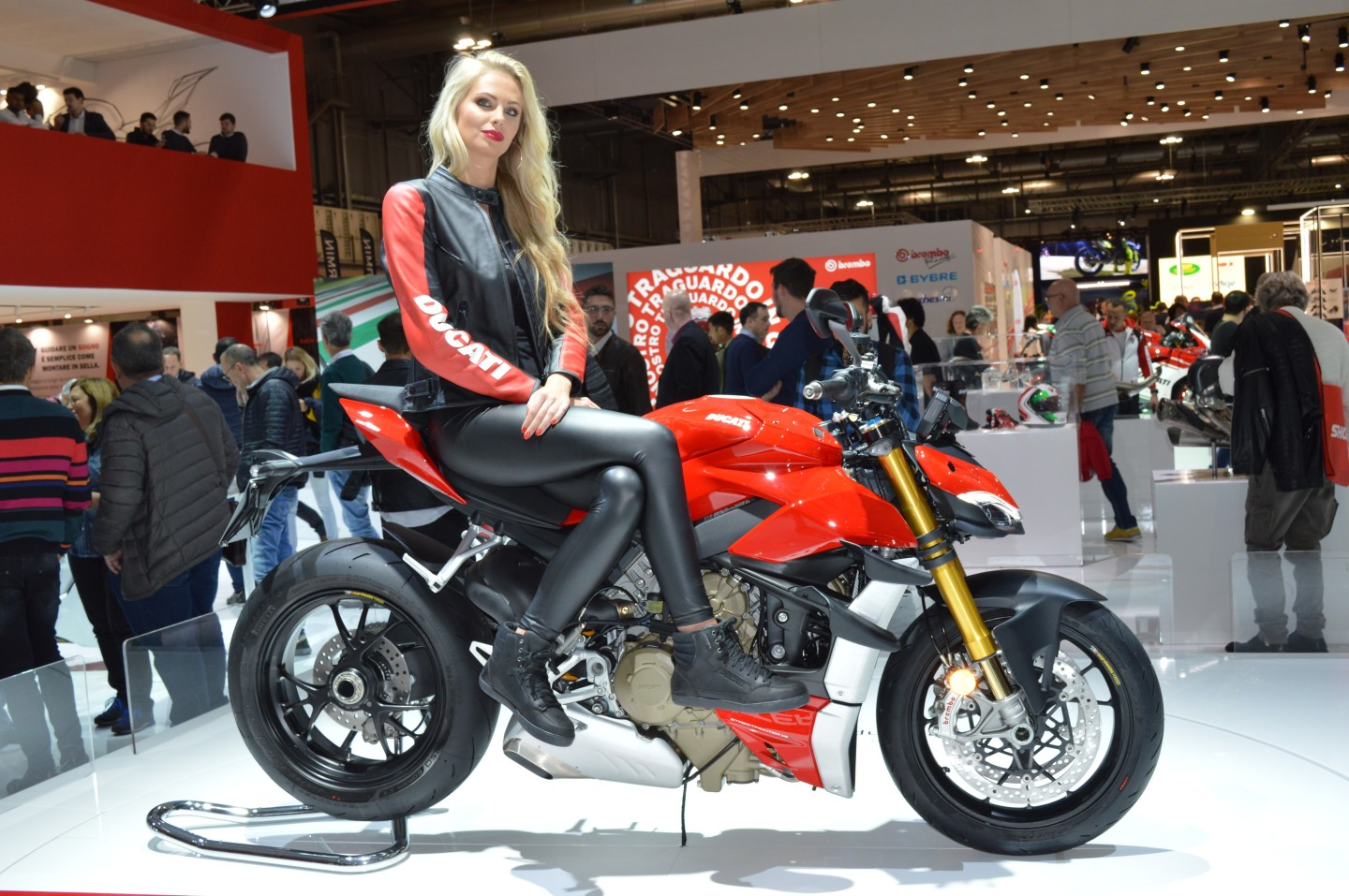 The 2020 Ducati Streetfighter V4 stuns with 208 hp in standard trim, expandable up to 220 with the Panigale's trickiest kits