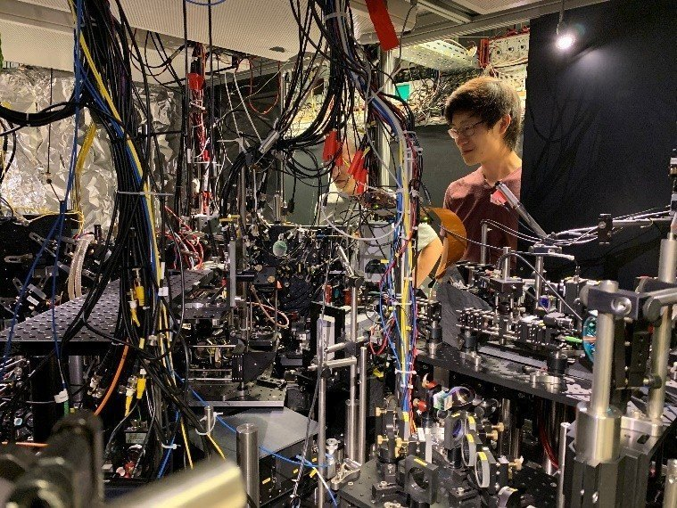 The two-ton equipment used to create the world's lightest mirror