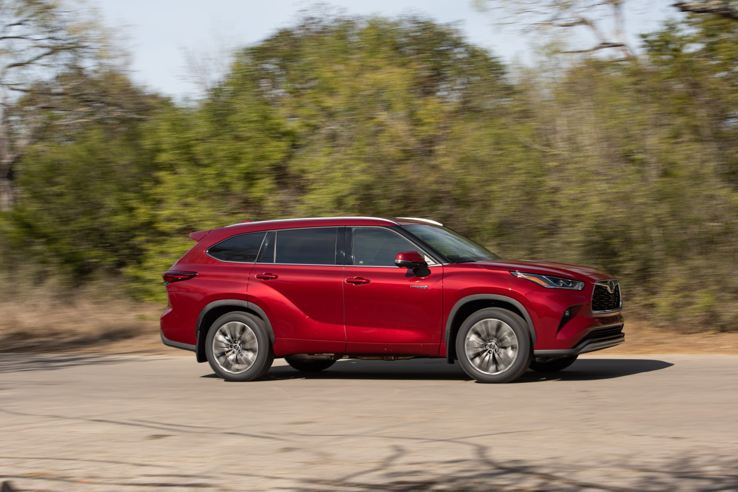Toyota made a light refresh for the exterior of the Highlander, simplifying body lines and added a little curvature to the crossover
